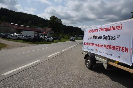 ANIMAL SPIRIT-Transparent gegen betäubungsloses Schächten vor türkischem Schächt-Schlachthof in Laaben, NÖ.