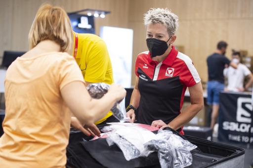 Auch der Koffer von Heeres- und Para Sportlerin Yvonne Marzinke (Profi-Radsportlerin) wird mit passender Kleidung gefüllt.
