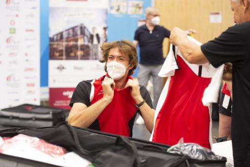 Der Heeressportler und Rollstuhltennis-Profi Nico Langmann fasst die passende Sportbekleidung aus.