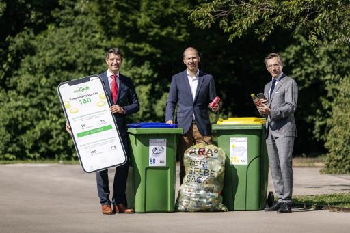 Altstoff Recycling Austria AG (ARA) und Saubermacher AG bündeln ihre Kräfte und treiben die Kreislaufwirtschaft in Österreich weiter voran. Die beiden Pionierunternehmen der Ressourcenwirtschaft stellen – unterstützt durch Österreichs Getränkewirtschaft – mit digi-Cycle ein digitales Incentive-System für die getrennte Sammlung von Getränkeverpackungen in der Gelben Tonne und im Gelben Sack bzw. der Blauen Tonne vor.