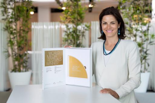 WorldMediaFestival Award und Susanne Baumann-Söllner, Direktorin des Austria Center Vienna
