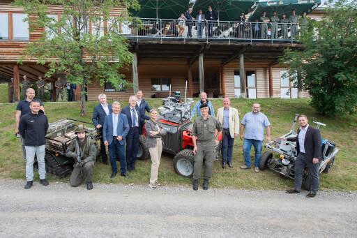 Verteidigungsministerin Klaudia Tanner, Mitte, die Forschungsteams und Besucher der Austrian Alpine Robotic Trials.
