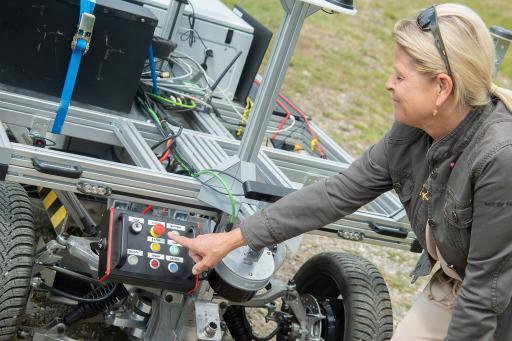 Verteidigungsministerin Klaudia Tanner startet einen Forschungsroboter bei den Austrain Alpine Robotic Trials