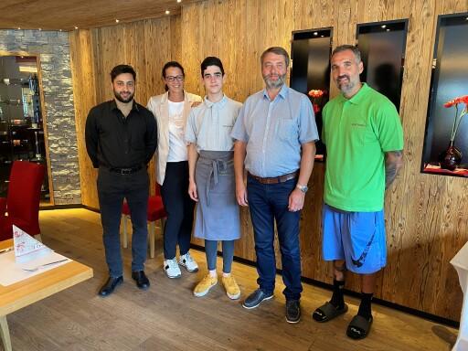 Adrian, Theo und David (von links nach rechts) aus Spanien fühlen sich im Hotel Reschenhof in Mils von Günther und Martina Oberhofer (ganz rechts, zweite von links) familiär aufgenommen.