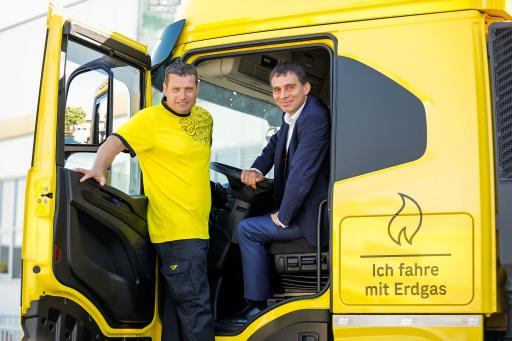 DI Peter Umundum, Vorstand für Paket & Logistik, Österreichische Post AG, mit Gerhard Berger, einem der Fahrer, die den LNG-LKW durch Österreich steuern werden.