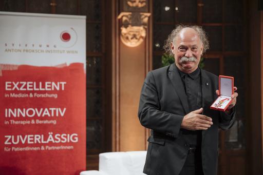 Univ.-Prof. Dr. Michael Musalek mit dem goldenen Ehrenzeichen der Republik Österreich