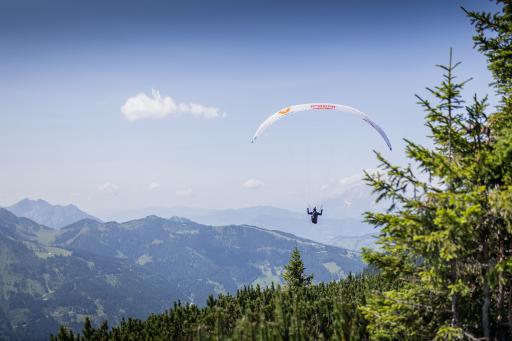 Paragliding beim Aerothlon 2020 in Wagrain-Kleinarl: Paul Guschlbauer fliegt mit seinem Paragleiter in Kleinarl