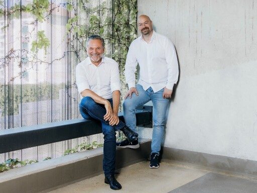 Antenne-Geschäftsführer Gottfried Bichler u. Programmchef Michael Fischeneder bedanken sich bei einer Viertelmillion Tageshörern