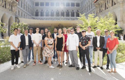 Gruppenfoto beim Schulschluss-Event der GOURMET Lehrlinge und ihrer Ausbilder*innen im Café Zeit des Wiener Rathauskellers