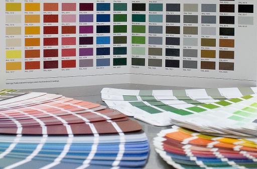 Es kann aus standardisierten RAL- oder NCS-Farbsystemen in verschiedenen Glanzgraden und Oberflächen ausgewählt werden.