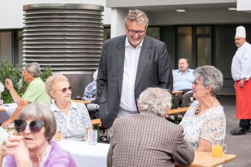 Peter Hacker, Stadtrat für Soziales, Gesundheit und Sport und Präsident des Kuratoriums Wiener Pensionisten-Wohnhäuser beim Gartenkonzert am 4.8.2021 im Haus Schmelz.