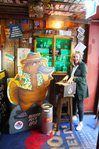 Karoline Winkler, Geschäftsführerin vom Crossfield's Australian Pub, nimmt die erste Lieferung vom Beaver Duck IPA in Empfang
