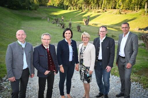 Bundesministerin Elisabeth Köstinger und Landesrat Max Hiegelsberger haben sich persönlich ein Bild von den Baufortschritten beim Hochwasserschutzprojekt Kehrbach gemacht.