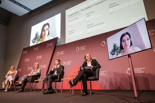 Ein hochkarätig besetztes Podium diskutiert in Alpbach die Vorteile von Real World Data für das Gesundheitswesen.