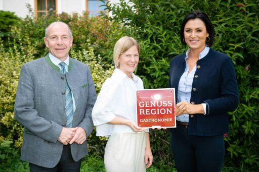 Bundesministerin Elisabeth Köstinger und Landesrat Max Hiegelsberger mit Carina Kaiser vom Gasthof Rahofer in Kronstorf, das ein Betrieb mit dem AMA GENUSS REGION Gütesiegel ist.
