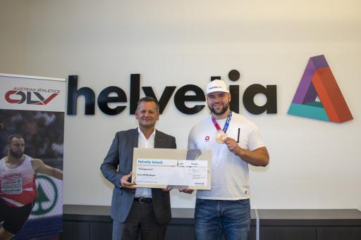 Thomas Neusiedler, CEO Helvetia, gratulierte Diskuswerfer Lukas Weißhaidinger zu Olympia-Bronze und überreichte einen Scheck über 50.000 EUR.