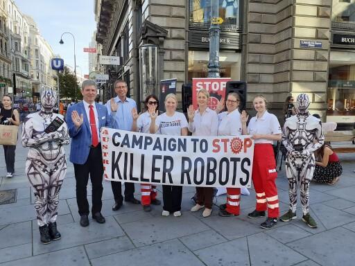 KRC Austria setzt sich zusammen mit dem Österreichischen Roten Kreuz für ein Verbot von Killer Robotern ein.