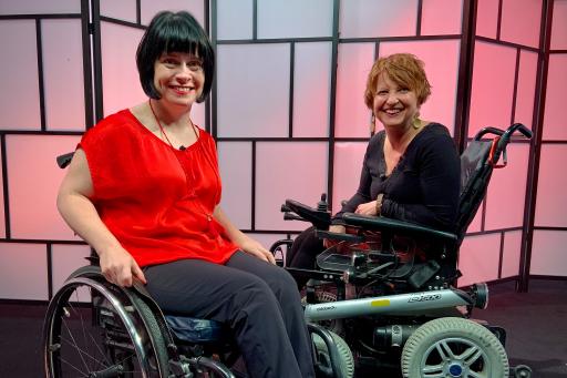 Ivana Veznikova (l.) spricht mit Elisabeth Löffler (r.) über Behinderung und Sexualität.