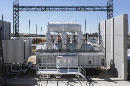 Der im Mai gelieferte 380/110-kV-Transformator ist bereits vollständig montiert. Der Anfang September eingetroffene baugleiche Anlagenteil wird in den kommenden Monaten installiert.