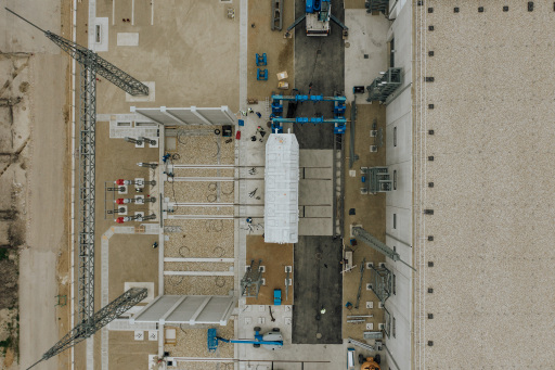 Mittels Führungsschienen wird der 300 Tonnen und vier Mio. Euro schwere Stahl-Koloss Millimeter für Millimeter auf das Fundament gezogen. Präzisionsarbeit, die einen halben Tag lang dauert.
