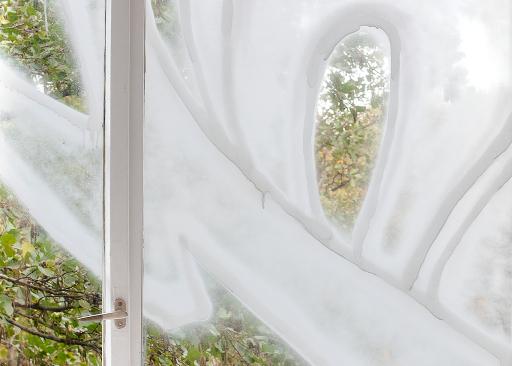 """Nina Schuiki, Detail aus """"Ich liebe dich"""", 2019, Sprühfarbe auf Fensterglas, mit LeeRoy (Leon Eixenberger), Schauraum, Berlin."""