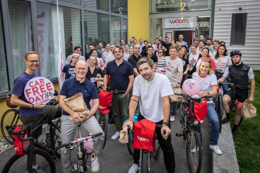 woom Mitarbeiterinnen und Mitarbeiter vor dem woom Headquarter in Klosterneuburg, unter ihnen die drei CEOs Marcus Ihlenfeld, Guido Dohm und Christian Bezdeka (v.links n.rechts)
