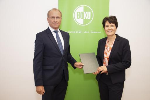 Dr. Kurt Weinberger, Uniratsvorsitzender BOKU, und neue Rektorin Univ.-Prof.in Eva Schulev-Steindl