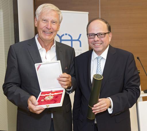 ÖÄK-Präsident Thomas Szekeres überreichte dem Immunologen Christoph Huber das Große Ehrenzeichen der Österreichischen Ärztekammer. Uğur Şahin, der zweite Preisträger, war verhindert und konnte das Große Ehrenzeichen daher nicht vor Ort übernehmen.