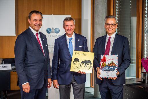 Bei der Generalversammlung der FIABCI Austria gestern Abend gab Mag. Wolf-Dietrich Schneeweiss (Bildmitte) als bisheriger Generalsekretär die Funktion an Stephan Weninger (rechts im Bild) ab.