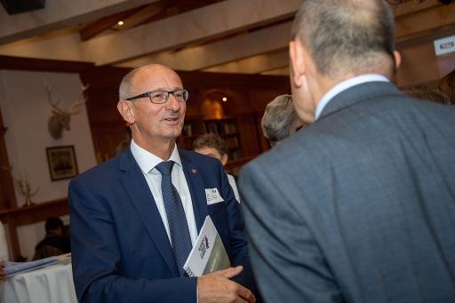 Tirols Wirtschaftslandesrat Anton Mattle im Gespräch beim Business Angel Summit 2021 in Kitzbühel.
