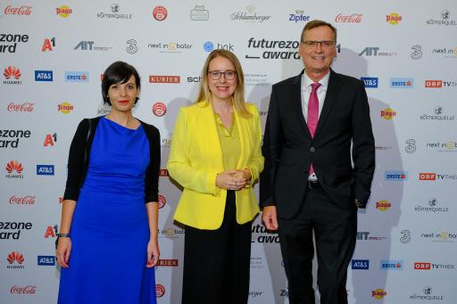 Claudia Zettel, Bundesministerin Margarete Schramböck und Thomas Kralinger beim futurezone Award