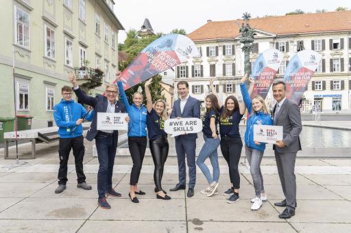 EuroSkills-Aufsichtsratvorsitzender Josef Herk (2. v. r.), Bundeskanzler Sebastian Kurz und Bürgermeister Siegfried Nagl (l.) mit EuroSkills-Unterstützerinnen