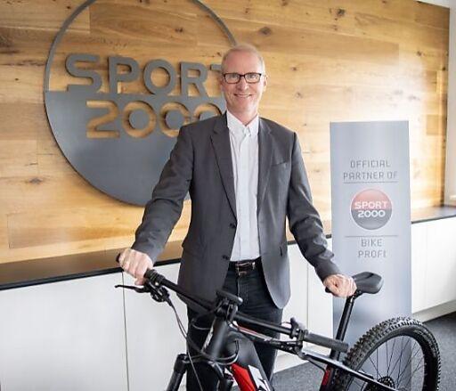 Dr. Holger Schwarting, Vorstand von SPORT 2000 Österreich, freut sich über die umsatzstarke Sommersaison bei SPORT 2000.