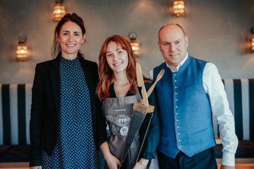 Beim »Falstaff Young Talents Cup« erreichte Chiara Bonell (Bild Mitte), Lehrling zur Restaurantfachfrau im 3. Lehrjahr im Alpenresort Schwarz in Mieming, den hervorragenden 3. Platz in der Kategorie Gastgeber.