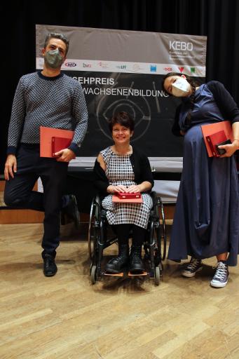 """Thomas Lindermayer, Ivana Veznikova und Antina Zlatkova freuen sich über den Fernsehpreis der Erwachsenenbildung in der Kategorie """"Diskussionssendungen und Talkformate""""."""