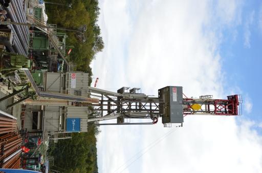Herzstück des Bohrplatzes bildet der 41 Meter hohe Bohrturm.