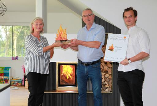 Der Designpreis Ofenflamme wurde persönlich und vor Ort von Redakteurin Mag. Regina Hersey an Kurt Nemecek und Ing. Christoph Bicker übergeben.