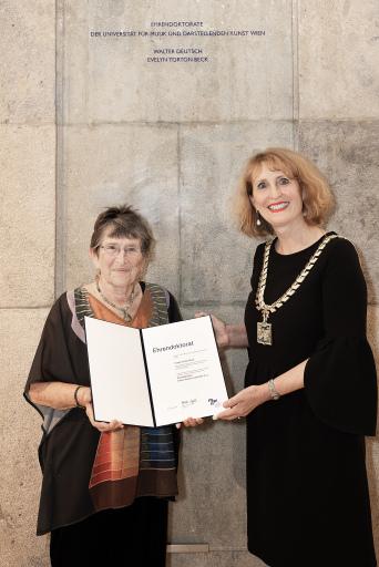 Evelyn Torton Beck und Rektorin Ulrike Sych