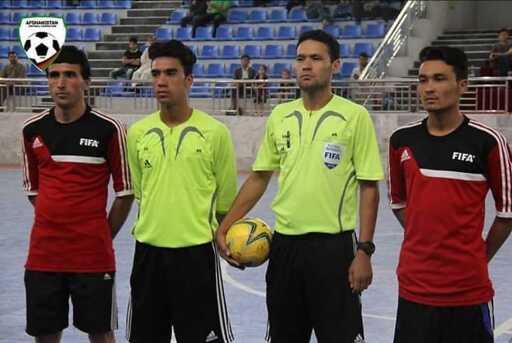 Früher pfiff Ibrahim Rasool offizielle FIFA-Futsal-Matches. Heute muss er als Flüchtling im wilden Camp in Bosnien leben .