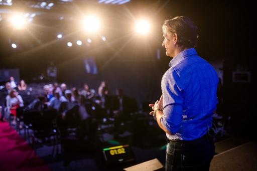 80 TeilnehmerInnen, acht Nationen, fünf Sprachen, ein Weltrekord: Andreas Fritsch überzeugt als Redner beim 7. Internationalen Speaker-Slam.