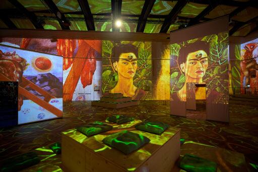 """Immersive Inszenierung mit Frida Kahlos Selbstporträt. / Weiterer Text über ots und www.presseportal.ch/de/nr/100087186 / Die Verwendung dieses Bildes ist für redaktionelle Zwecke honorarfrei. Veröffentlichung bitte unter Quellenangabe: """"obs/MAAG Music & Arts AG/Andy Juchli"""""""