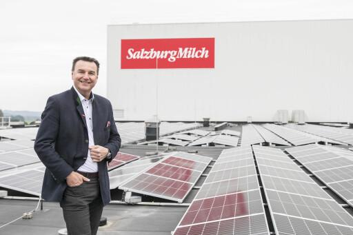 Andreas Gasteiger vor Salzburgs größter Aufdach-Photovoltaikanlage