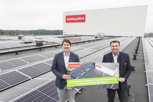 Matthias Greisberger und Andreas Gasteiger vor Salzburgs größter Aufdach-Photovoltaikanlage am Dach der SalzburgMilch Käserei in Lamprechtshausen