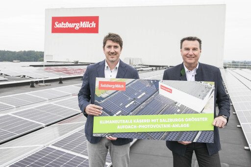 Matthias Greisberger vor Salzburgs größter Aufdach-Photovoltaikanlage am Dach der SalzburgMilch Käserei in Lamprechtshausen