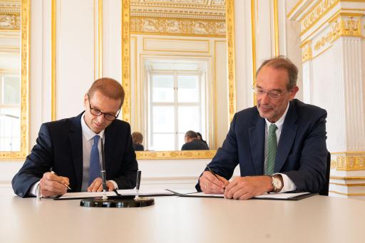 Wissenschaftsminister Heinz Faßmann und FWF-Präsident Christof Gattringer unterzeichnen die FWF-Finanzierungsvereinbarung mit einem dreijährigen Fördervolumen von 806 Millionen Euro.