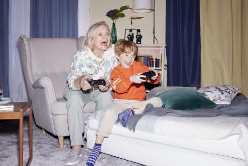Sujet Großmutter mit Enkel beim Online-Gaming mit Drei HomePlay