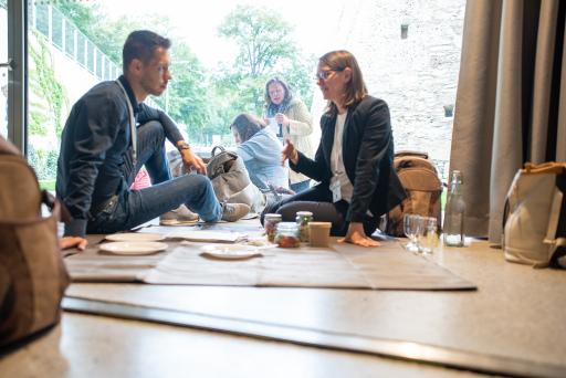 """Teilnehmer*innen bearbeiten beim Picknick-Lunch Workshop Themen der """"Meaning Industry"""" mittels unterschiedlicher Innovationsmethoden."""
