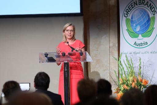 Klimaschutzministerin Leonore Gewessler verlieh im Rahmen der GREEN BRANDS-Gala auch den Umweltjournalismuspreis.