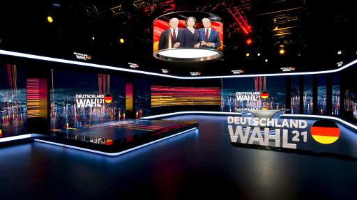 Im ServusTV-Nachrichtenstudio führen Katrin Prähauser und David Rohde mittels moderner Augmented Reality-Infografiken durch die Berichterstattung zur Bundestagswahl.