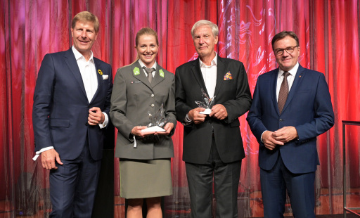 v.l.: Club Tirol Präsident Julian Hadschieff, Lisa Hauser, Christoph Huber, Landeshauptmann Günther Platter